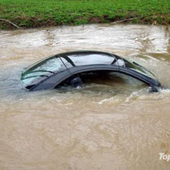 uk-woman-follows-gps-drives-mercedes-into-river-photo-u1
